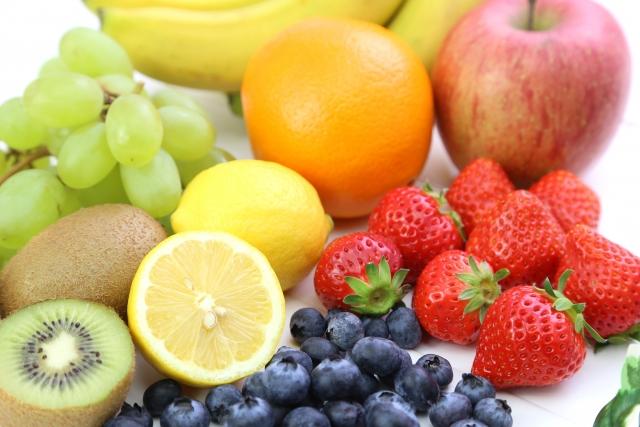 食材宅配の果物の価格を比較しているイメージ