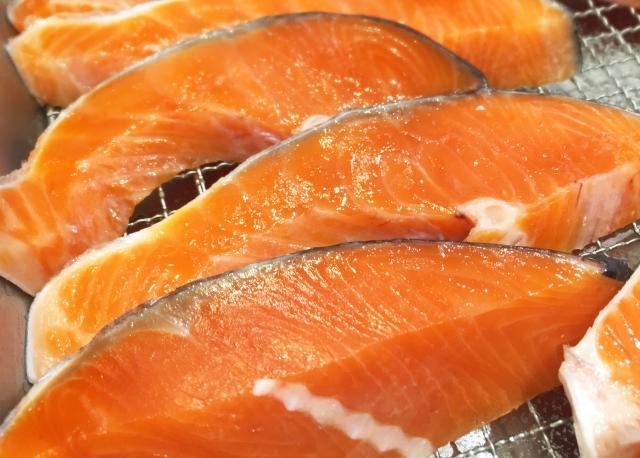 食材宅配の魚の価格を比較しているイメージ