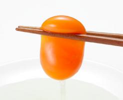 おうちコープ 味菜卵を箸でつまんでいるところ