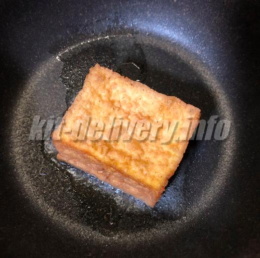 パルシステムの産直大豆の厚あげをフライパンで焼いているところ