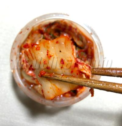パルシステムの産直白菜キムチを箸でつまんでいるところ