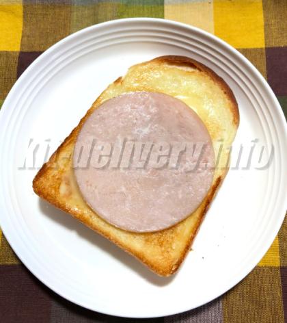 パルシステムのこだわり酵母食パンにハムをのせたイメージ