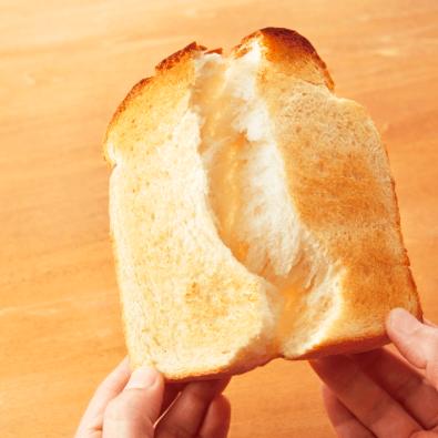 パルシステムこだわり酵母食パンを半分にちぎったイメージ
