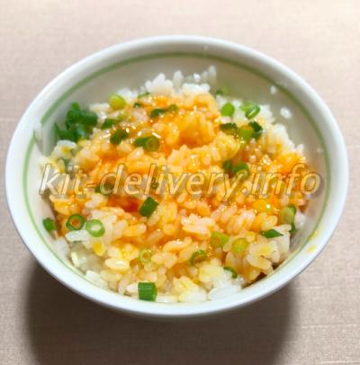 おうちコープの味菜卵を食べるところ