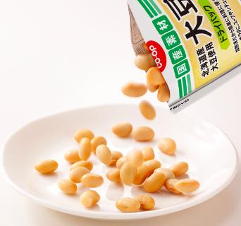 コープデリの大豆をお皿に出しているところ