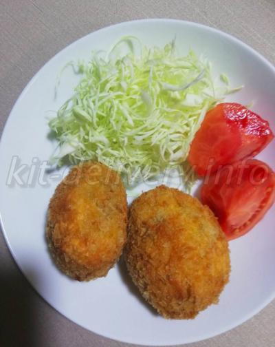 おうちコープのじゃがいもで作ったコロッケと高糖度トマトを盛り付けたイメージ