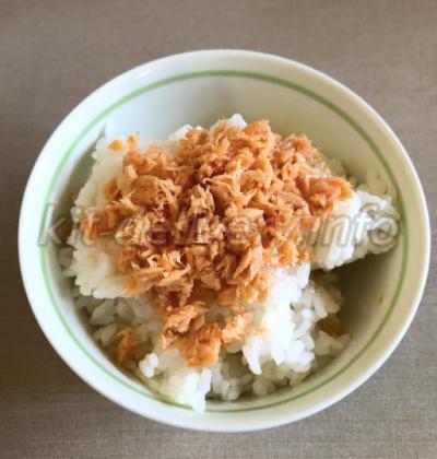 コープデリの鮭荒ほぐしをご飯にかけて食べるところ